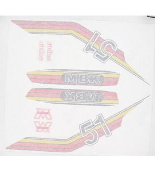 AUTOCOLLANT CYCLO MARQUE MBK ORANGE/ROUGE/JAUNE ADAPT. MBK 51/MOTOBECANE -PLANCHE DE 8 PCS CYCLO/SOLEX sur le site du spécial...